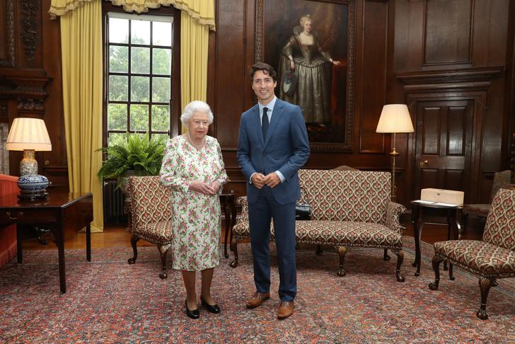 Что звезды надевали на встречу с королевой Елизаветой II? (фото 58)