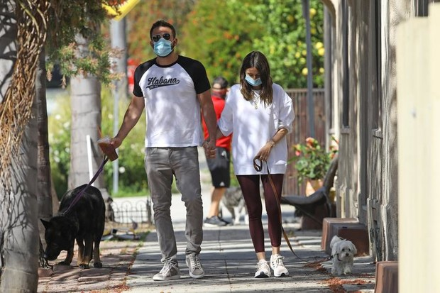 Ранние пташки: Ана де Армас и Бен Аффлек начинают день с прогулки (фото 3)