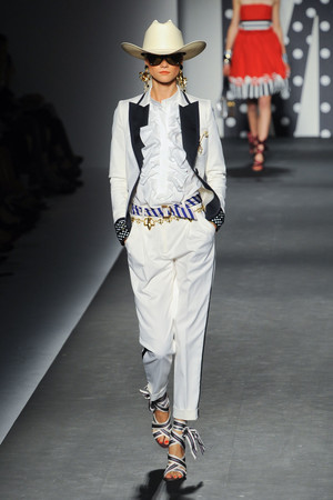 Показы мод Moschino Весна-лето 2011 | Подиум на ELLE - Подиум - фото 2558