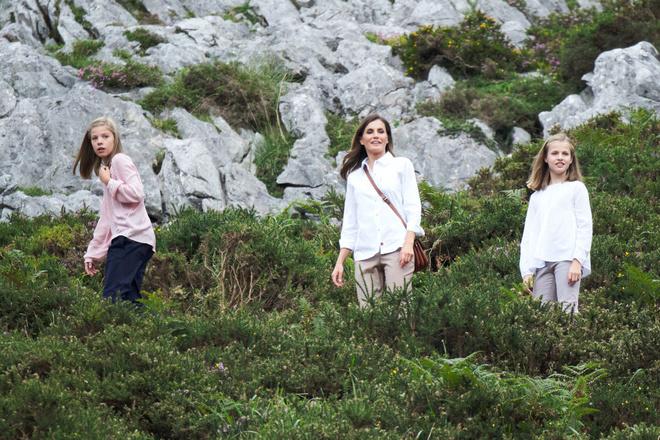 Два образа королевы Летиции на фоне фантастических пейзажей (фото 7)