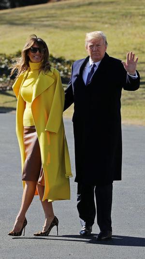 Мелания Трамп в желтом пальто и кожаной юбке на встрече в Цинциннати (фото 1)