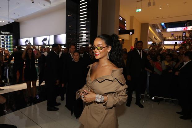 Рианна в платье Monse на презентации в Дубае (фото 2)