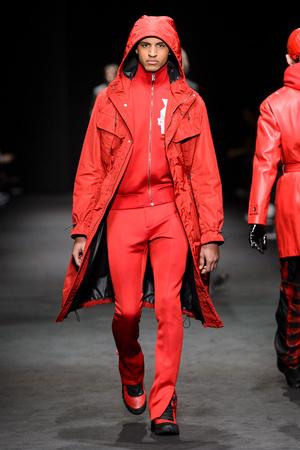 Показ Versace коллекции сезона Осень-зима 2017-2018 года Men prêt-à-porter - www.elle.ru - Подиум - фото 614530