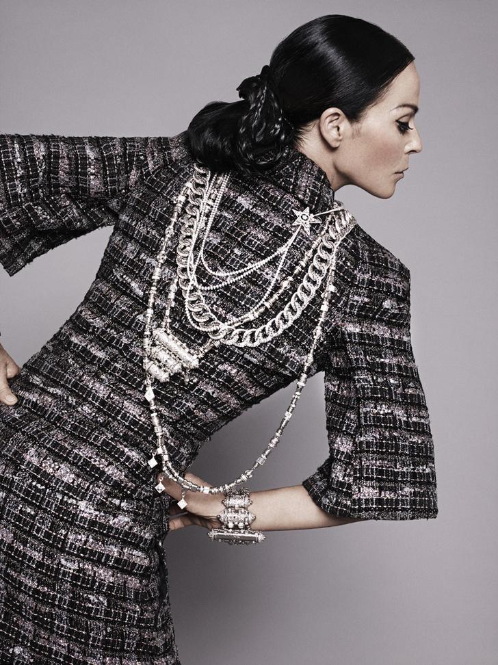 Жакет из твида, колье в виде цепи и двухъярусное колье, все — Chanel Cruise 2015; колье Etoile Filante, белое золото, бриллианты, Chanel High Jewelry