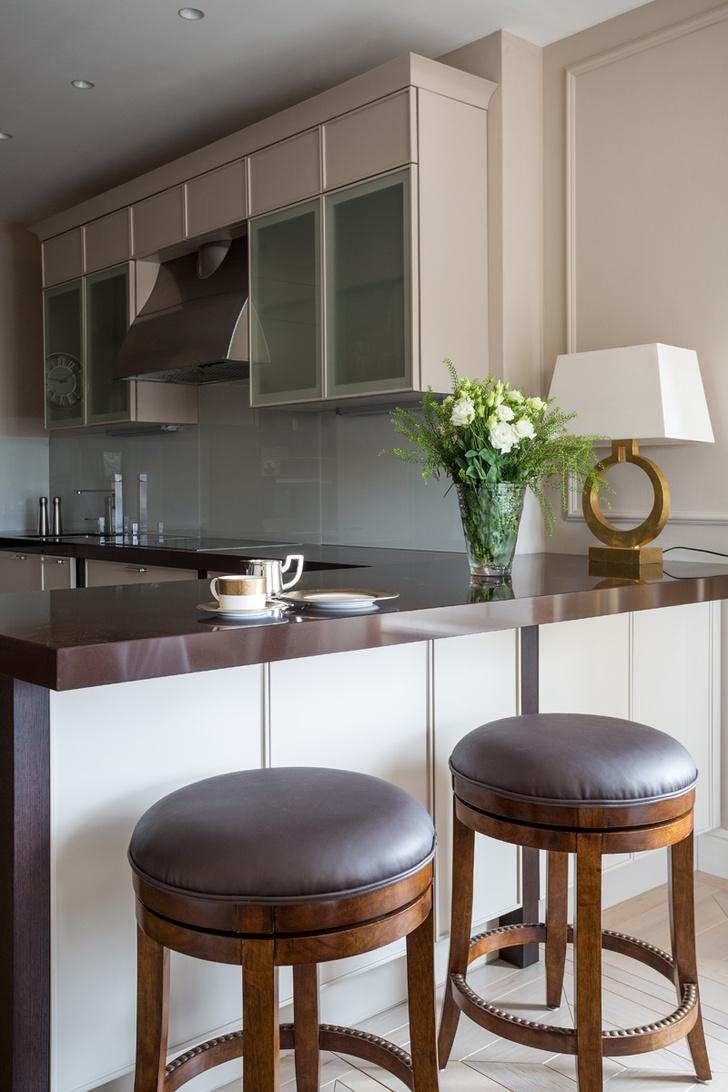 Кухня Avenue, Aster Cucine. Барные стулья, Century. Настольная лампа, Visual Comfort.