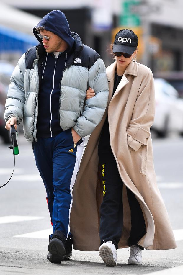 Очень длинное пальто + кепка: модный урок от Эмили Ратаковски (фото 2)