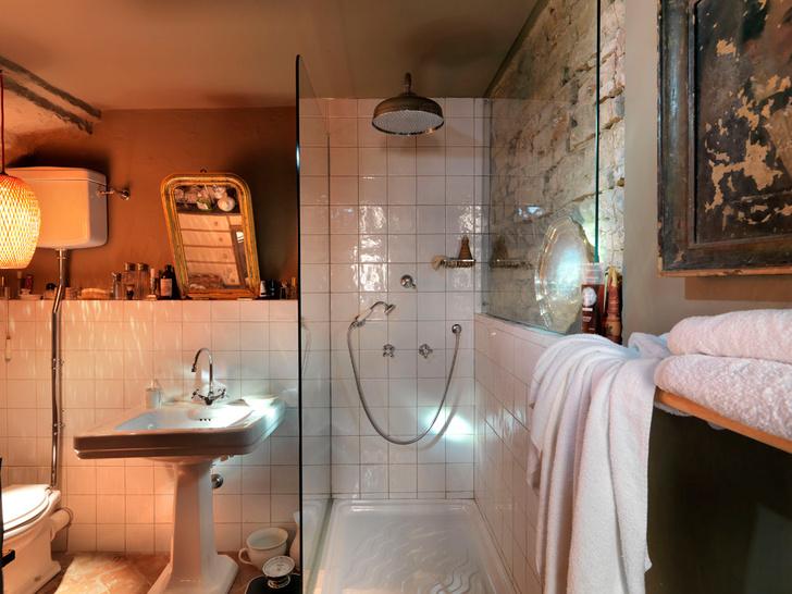 Первоначально при студии не было полноценной ванной комнаты — декоратору пришлось спланировать ее заново.