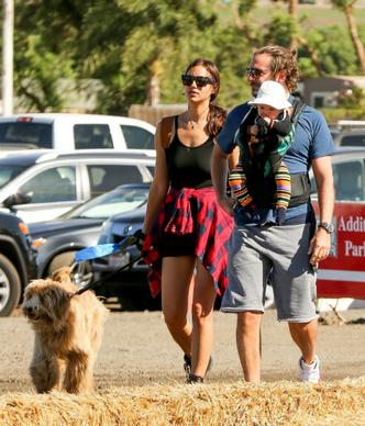 Фото дня: Ирина Шейк и Брэдли Купер с дочерью в Лос-Анджелесе фото [3]
