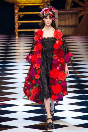 Показ Dolce & Gabbana коллекции сезона Осень-зима 2016-2017 года prêt-à-porter - www.elle.ru - Подиум - фото 605413