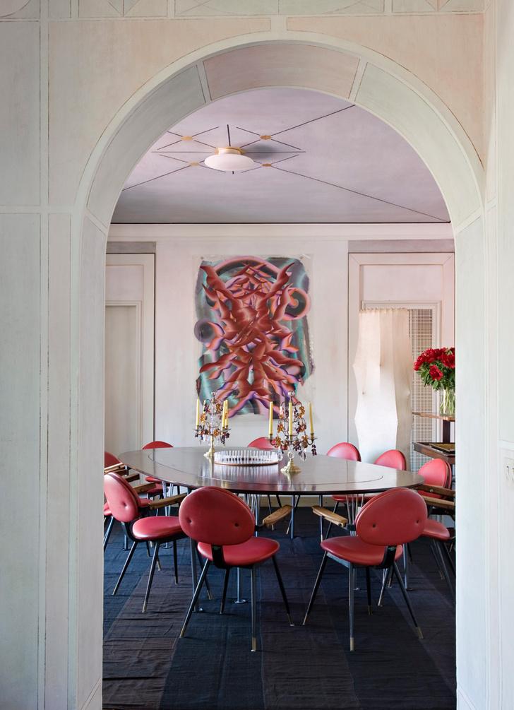 Столовая. Вокруг стола от Бруно Матссона*— стулья, дизайн Карло Моллино. Светильник, дизайн Акилле и Пьера Джакомо Кастильони. На стене работа Керстин Брэтш. На полу — иранский килим.