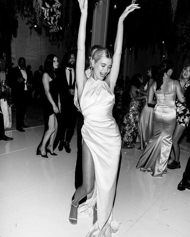 Сексуальный шелк и кроссовки: второе и третье свадебное платье Хейли Бибер (фото 1)