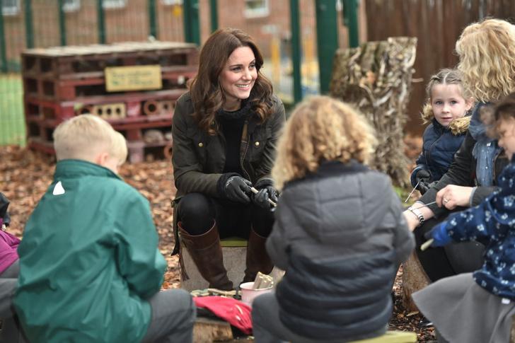 Новый выход Кейт Миддлтон: куртка, свитер и никаких каблуков (фото 7)