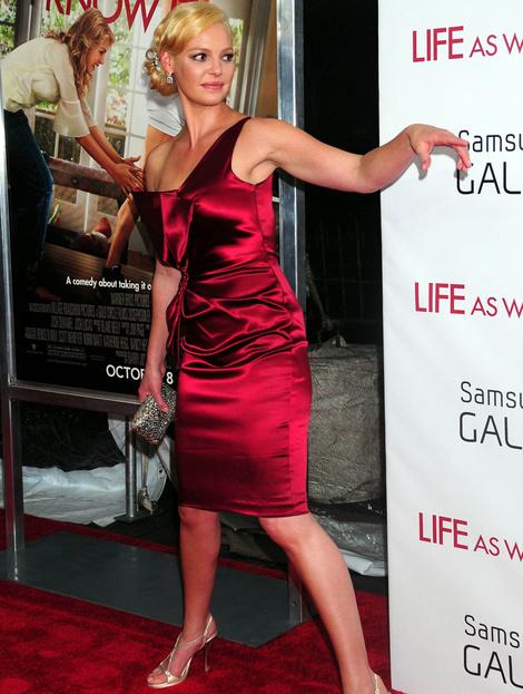 Кэтрин Хейгл в платье David Meister