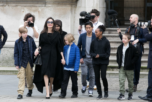 В полном составе: Анджелина Джоли с детьми в Лувре (фото 1)