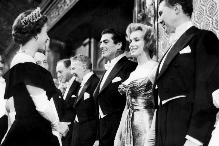 Что звезды надевали на встречу с королевой Елизаветой II? (фото 2)