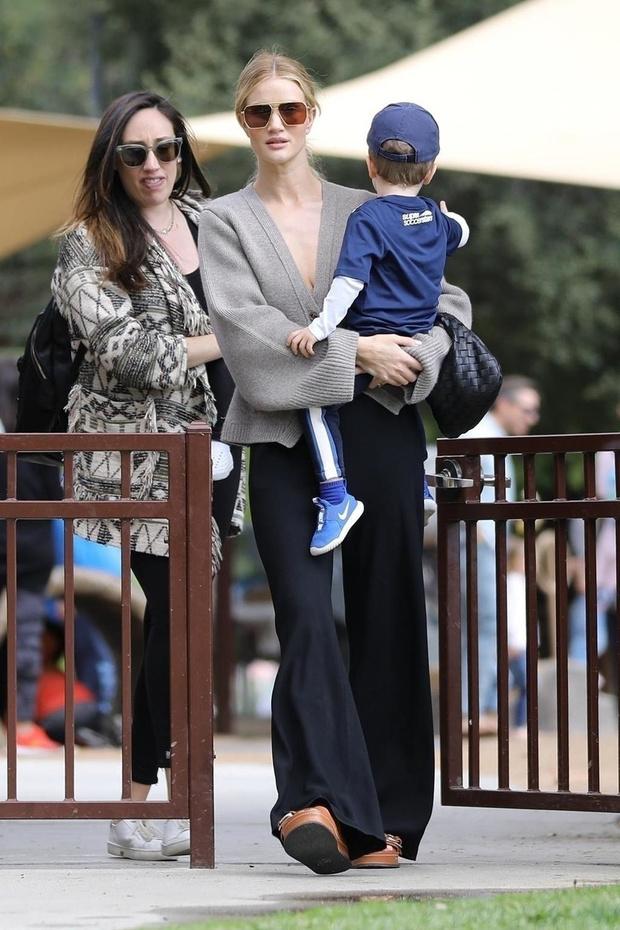 Идеальная мама: Роузи Хантингтон-Уайтли на прогулке с сыном в самом уютном кардигане (фото 1)