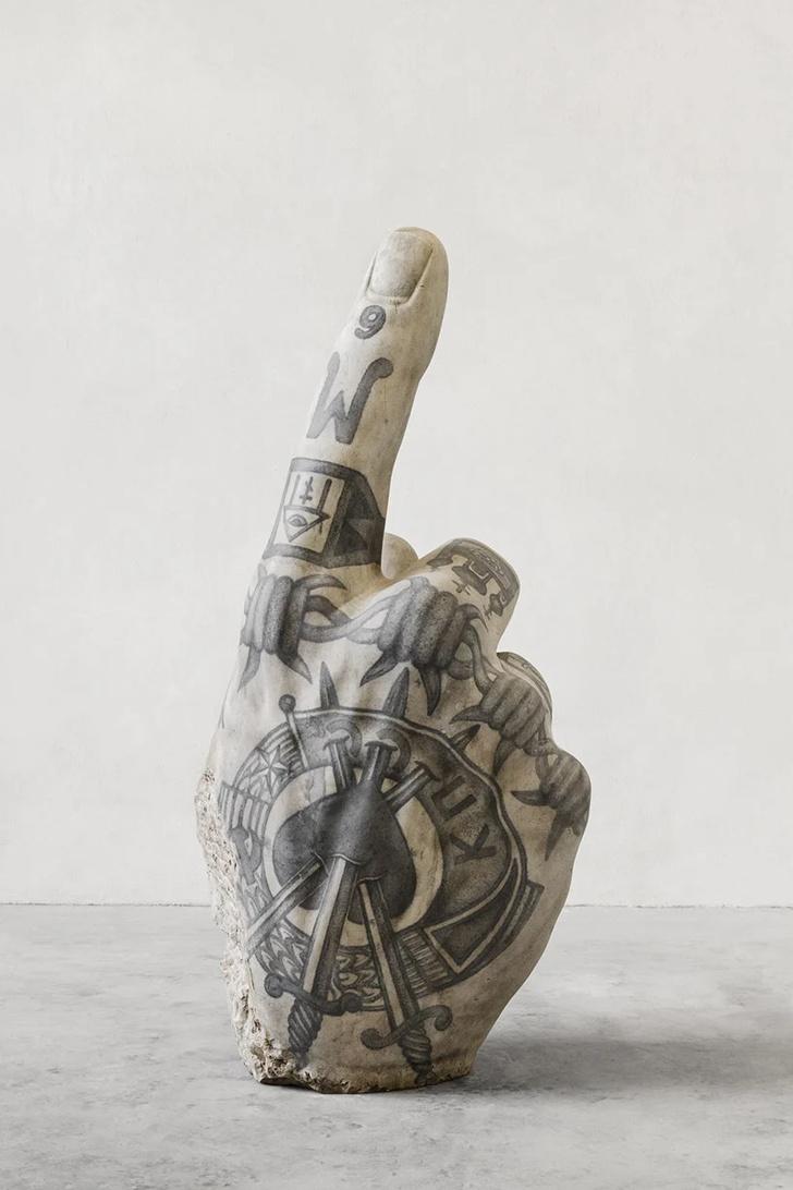 Художник Фабио Виале наносит татуировки на мраморные скульптуры (фото 8)