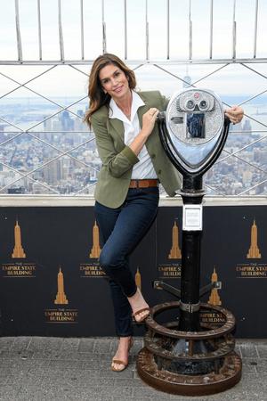 Синди Кроуфорд зажгла праздничную иллюминацию на самом известном небоскребе Нью-Йорка (фото 1.1)