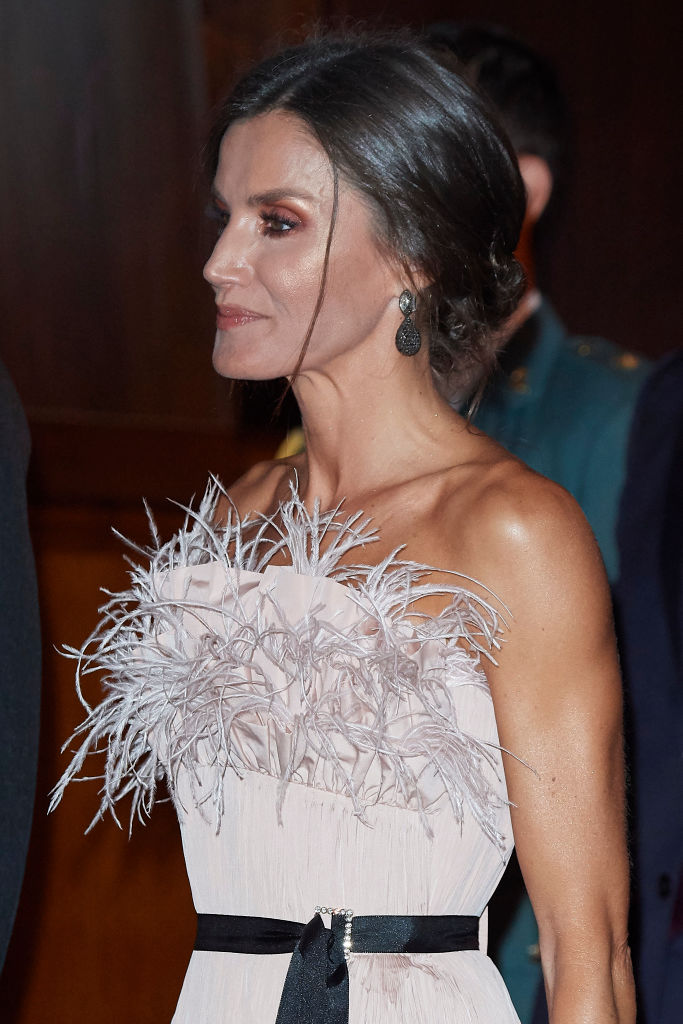 Королева рискует и выигрывает: невероятный корсет из розовых перьев Летиции (фото 2)