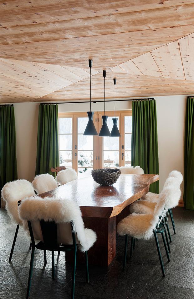 Декораторы рекомендуют держать два комплекта штор и чехлов для мебели — летний и зимний. В качестве зимних чехлов подойдут шкуры из овчины. Подобные продаются в ИКЕА.