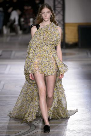 Показ Giambattista Valli коллекции сезона Весна-лето 2018 года Haute couture - www.elle.ru - Подиум - фото 671831