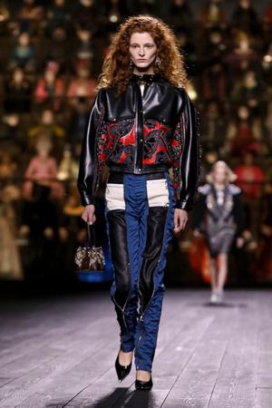 Как носить пуховик с вечерним платьем? Ответ найдете на показе Louis Vuitton (фото 14.2)