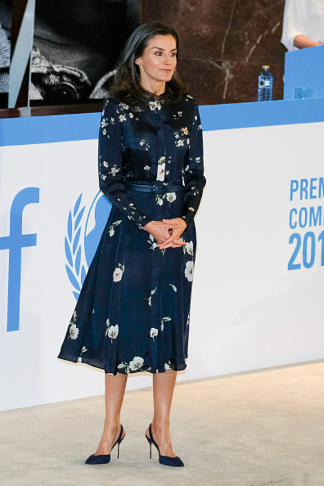Что носит современная королева? Летиция Ортис в платье Massimo Dutti и серьгах Tous (фото 1.2)