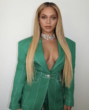 Больше ярких красок: брючный костюм Бейонсе сочного зеленого цвета с откровенным декольте (фото 1.2)