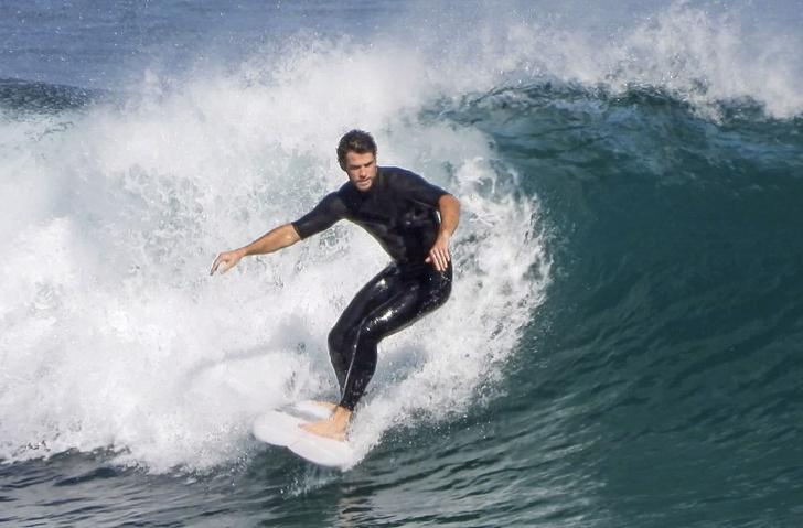 Рассекая волны: Лиам Хемсворт показал свои навыки серфера (фото 1)