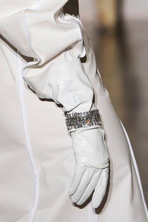 Тренд: открытые браслеты и часы в светлой гамме (фото 1)