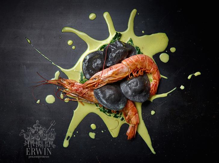 Черные равиоли с сибасом и креветкой