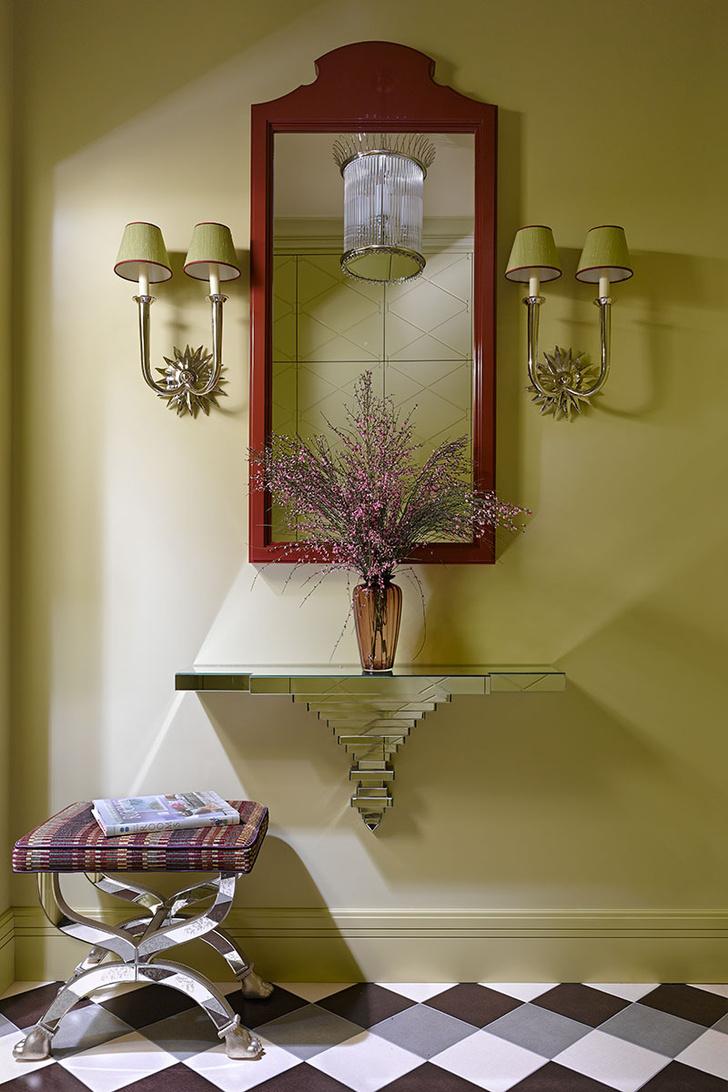 Прихожая. Зеркало и консоль сделаны по эскизам дизайнера. Банкетка, Currey & Co. Бра и фонарь, Vaughan.