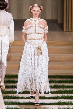 Показ Chanel коллекции сезона Весна-лето  2016 года haute couture - www.elle.ru - Подиум - фото 602766