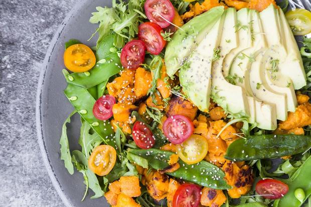Салат из рукколы с теплым сладким картофелем, авокадо и семенами чиа