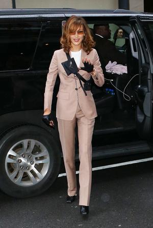Добавить цвета: носите деловой костюм, как Белла Хадид (фото 5.2)