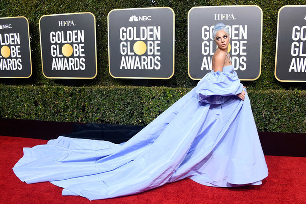 Повторяя триумф Леди Гаги: Тейлор Свифт в платье Etro с двухметровым шлейфом (фото 3)