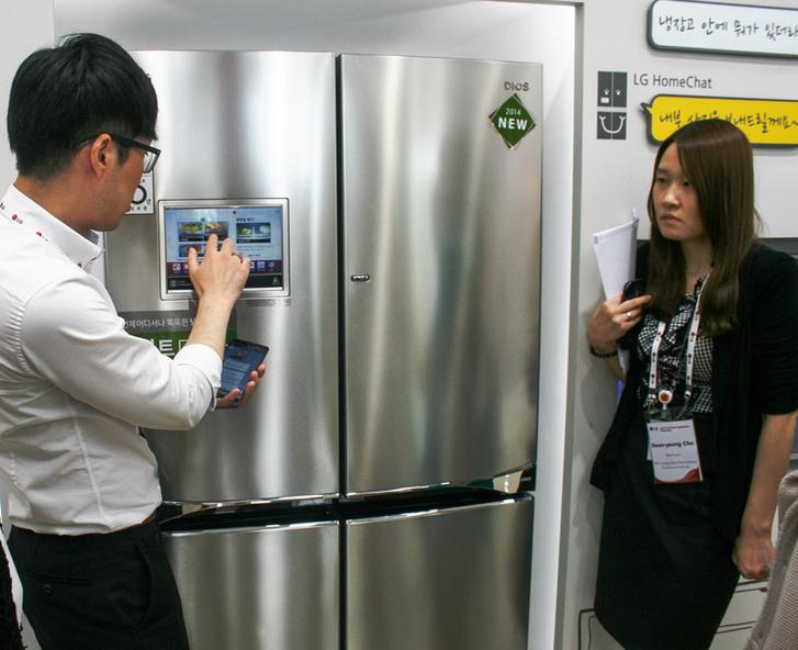 Сотрудник магазина показывает, как получить информацию о содержимом холодильника при помощи встроенного в дверцу ЖК-экрана или смартфона.