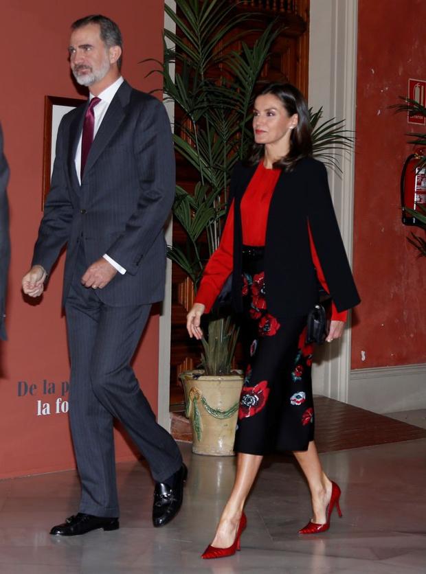 С чем носит любимый черный кейп Zara королева Летиция в этом сезоне? (фото 3)