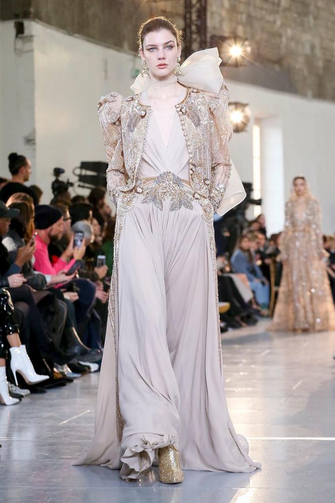 Вырезы в форме галстука и сотни тысяч кристаллов: Elie Saab Haute Couture 2020 (фото 30.1)