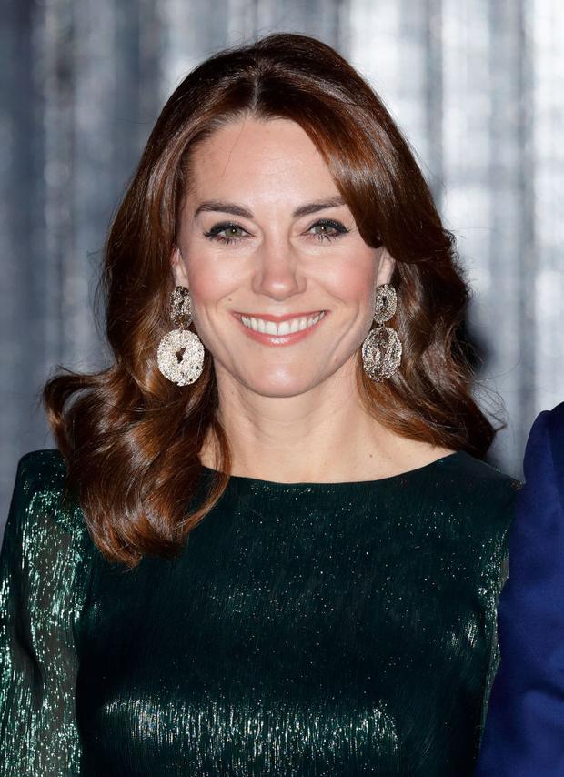 Вместо бриллиантовой тиары — серьги H&M: демократичная герцогиня Кейт (фото 1)