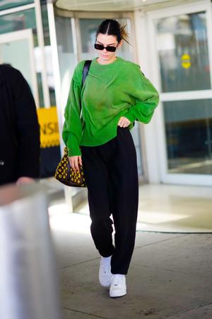 Яркий свитер и белые кроссовки — всегда хорошая идея: доказывает Кендалл Дженнер (фото 1.1)