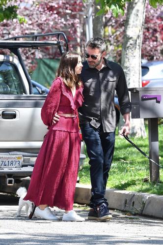 Новый день — новые трогательные фото: влюбленные Бен Аффлек и Ана де Армас на прогулке (фото 3.1)
