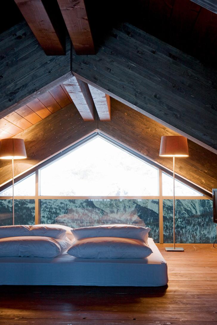 В спальне, расположенной под самой крышей, стоит простая кровать, IKEA.
