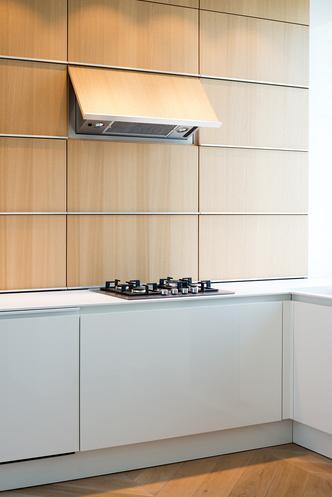 Московский минимализм: светлая квартира с деревянными ставнями (фото 7.1)