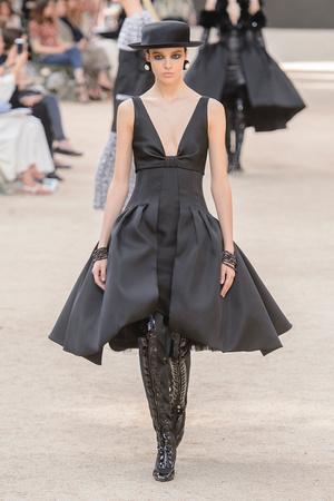 Показ Chanel коллекции сезона Осень-зима 2017-2018 года Haute couture - www.elle.ru - Подиум - фото 624063