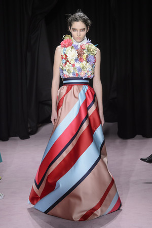 Показ Viktor & Rolf коллекции сезона Весна-лето 2018 года Haute couture - www.elle.ru - Подиум - фото 677251