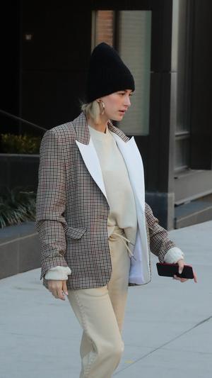 Хейли Болдуин встречает весну в клетчатом блейзере и спортивных брюках (фото 1.2)