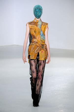 Показ Maison Martin Margiela коллекции сезона Осень-зима 2012-2013 года Haute couture - www.elle.ru - Подиум - фото 405029
