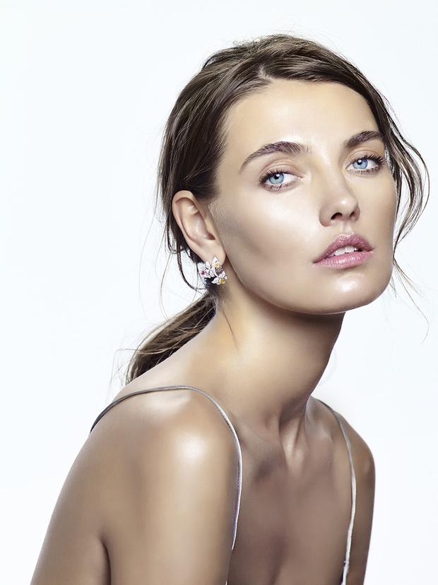 Платье, H&M Studio; серьги Cassiopee, белое золото, белые и цветные бриллианты, Van Cleef & Arpels