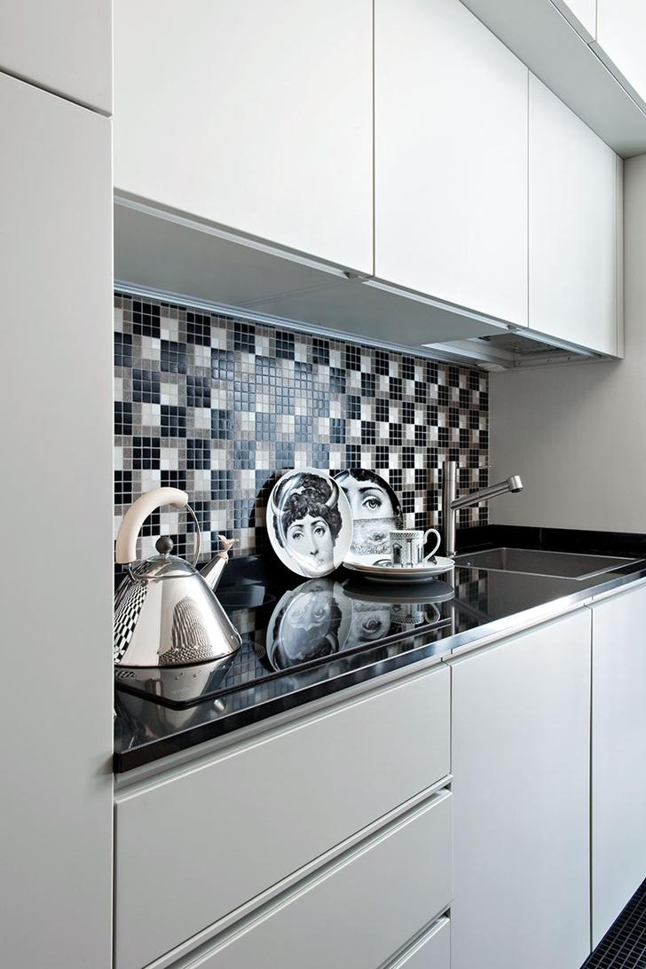 Системы хранения на кухне изготовлены на заказ по эскизам архитектора Андреа Зенья. На рабочей поверхности чайник Graves, Alessi. Фарфор, Fornasetti.